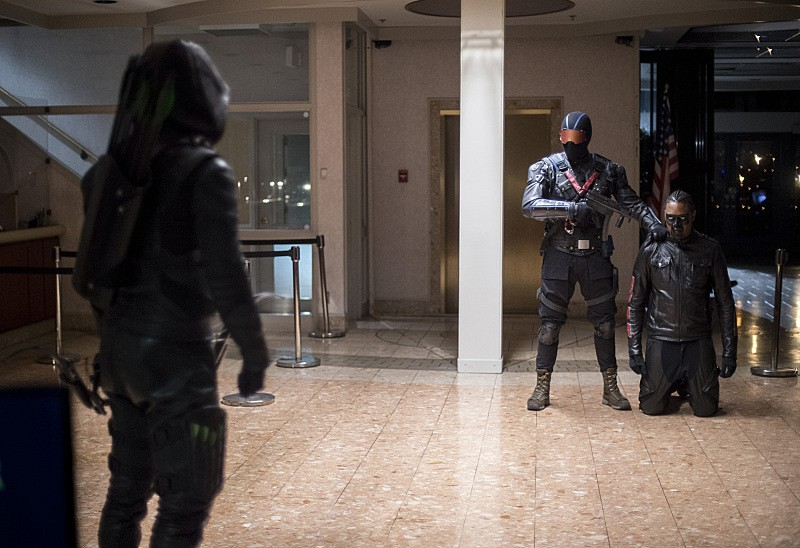 stephen-amell-and-echo-kellum-in-arrow-season-5-episode-7